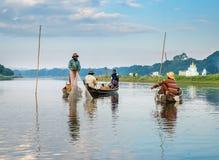 渔夫抓住鱼12月3日 免版税库存照片