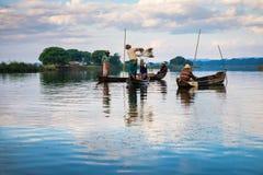渔夫抓住鱼 图库摄影