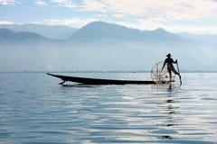 渔夫抓食物的鱼 免版税库存照片