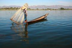 渔夫抓食物的鱼 免版税库存图片