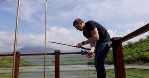 渔夫投掷一副钓具入湖 股票视频