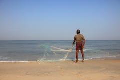 渔夫投掷他的捕鱼网 库存图片