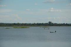 渔夫是在河的划船 免版税库存照片