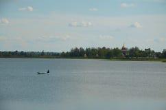 渔夫是在河的划船 库存照片