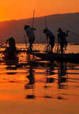 Inle湖的日落的渔夫。 免版税库存图片
