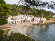 渔夫村庄、白色房子和小船在岩石海岸 图库摄影