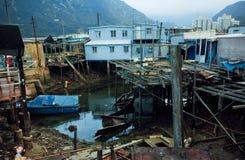 渔夫村庄大澳河岸的恶劣的铁房子在山之间的 免版税库存照片