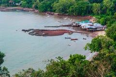 渔夫村庄平安的海景视图海滩的在Hinsuay Namsai海滩, Rayong,泰国的雨季 免版税库存图片