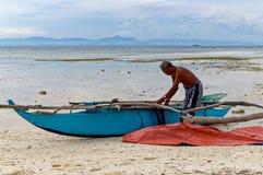 渔夫清扫他的小船 免版税库存图片
