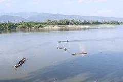 渔夫渔在河 免版税图库摄影