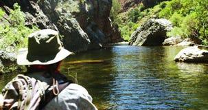 渔夫用假蝇钓鱼在河 股票视频