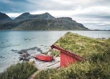 渔夫的一个典型的房子叫在海滩的rorbu在兰贝格罗弗敦群岛海岛,挪威欧洲构筑海 免版税图库摄影