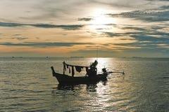 渔夫的小船和日落。 免版税库存图片