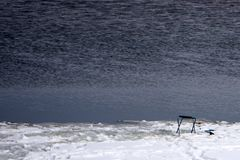 渔夫看以鱼这摄象机出现在冰下 免版税库存图片