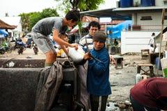 渔夫称被抓的金枪鱼待售在鱼市上 图库摄影