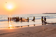 渔夫网小船海滩发射日出 免版税图库摄影