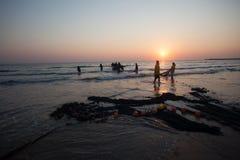 渔夫网小船海滩日出 免版税库存照片
