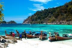 渔夫航行longtail小船参观酸值Lipe,泰国美丽的海滩  库存照片