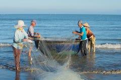 渔夫解开网络,准备好去钓鱼的海 越南 免版税库存照片