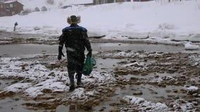渔夫连同海鲜一个充分的栅格在海滨在冬天 股票录像