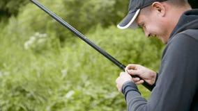 渔夫钓鱼在有一根钓鱼竿的一条河 股票录像
