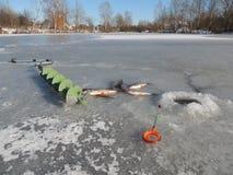 渔夫钓鱼捕鱼漏洞冰冬天 免版税图库摄影