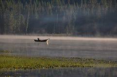 渔夫, Trillum湖,胡德山,俄勒冈,美国 免版税库存图片