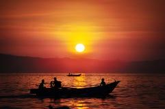 渔夫去航行在庞岸达兰海滩,西爪哇省 免版税图库摄影