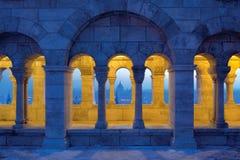 渔夫` s与议会圆顶的本营拱廊在晚上 库存照片