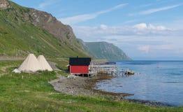 渔夫` s客舱和lavvu,瑟米,北挪威的传统临时住宅 免版税库存照片