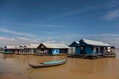 渔夫` s小船和房子 免版税库存图片