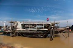 渔夫` s小船和房子 库存图片