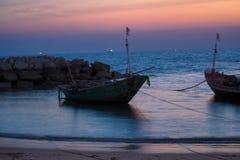 渔夫` s小船在微明下 免版税库存图片