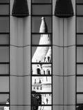 渔夫` s本营,亦称Halaszbastya的反射,童话在现代旅馆窗口里耸立 新老 库存图片