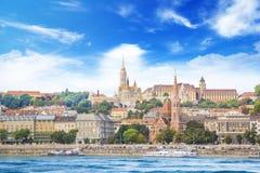 渔夫` s本营,圣马赛厄斯,多瑙河堤防的加尔文教徒的教会教会的一个纯然的看法在布达佩斯 免版税图库摄影