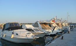 渔夫` s码头在格利法扎,雅典, 2017年6月14日的希腊 免版税图库摄影