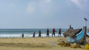 渔夫Dayjob -从海洋的拉扯网 库存照片