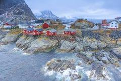 渔小屋村庄在Hamnoy在早期的春天在Lofoten海岛 免版税库存图片