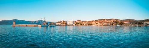 渔拖网渔船和一条小船在一个小镇Postira -克罗地亚,海岛Brac的港口 免版税库存照片