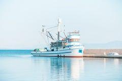 渔拖网渔船在一个小镇停泊了Postira -克罗地亚,海岛Brac的美丽的港口 免版税库存照片