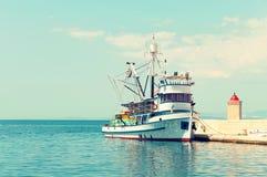 渔拖网渔船在一个小镇-阴级射线示波器的港口白天的 免版税图库摄影
