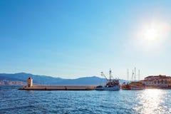 渔拖网渔船在一个小镇Postira -克罗地亚,海岛Brac的港口 免版税库存照片