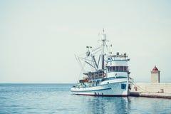渔拖网渔船在一个小镇Postira -克罗地亚,海岛Brac的美丽的港口 库存图片