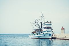 渔拖网渔船在一个小镇Postira -克罗地亚,海岛Brac的美丽的港口 免版税库存图片