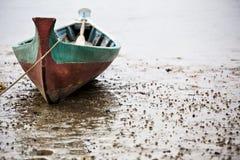 渔木小船公园在河边在Sungai Mengkabong,亚庇,沙巴,马来西亚 免版税库存照片