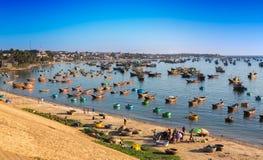 渔村和五颜六色的渔船在美奈附近 免版税库存图片