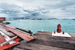 渔村在槟榔岛多云天 免版税库存照片