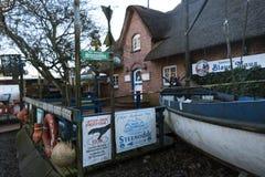 渔条板箱、浮体和其他海对象在老酒吧Blaue Maus前面在北部弗里斯兰省人海岛Amrum上 免版税库存图片