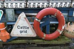 渔条板箱、浮体和其他海对象在老酒吧Blaue Maus前面在北部弗里斯兰省人海岛Amrum上 库存照片