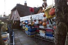 渔条板箱、浮体和其他海对象在老酒吧Blaue Maus前面在北部弗里斯兰省人海岛Amrum上 免版税图库摄影